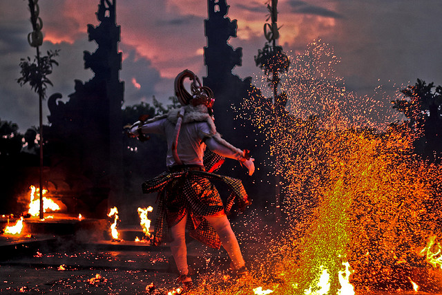 kecak-dance-in-uluwatu-13