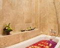 the-royal-eighteen-resort-bathtub-dan-shower