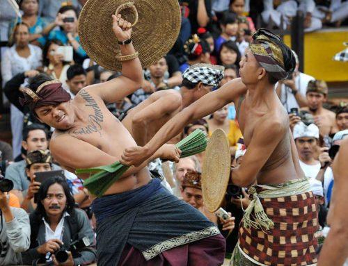 Perang Pandan (mekare-kare) atau Megeret pandan di Karang Asem Bali